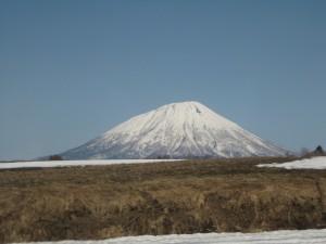 遊覽車行進間拍攝一座被雪覆蓋的山